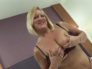 ill busty blonde bee masturbating