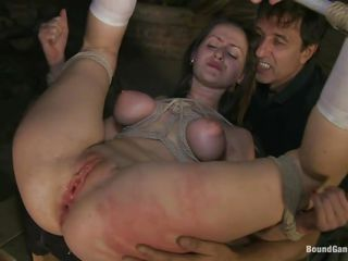 gal beeing double penetrated in gang bang