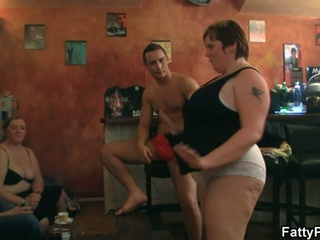 Fat hotties have fun in the pub !