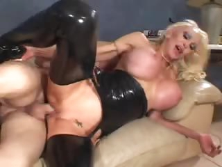Electric cable knocker slut in black latex fucked